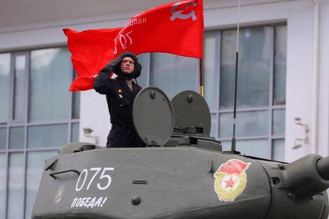 Военная техника проехала по Нижне-Волжской набережной в память о подвиге предков - фото 5