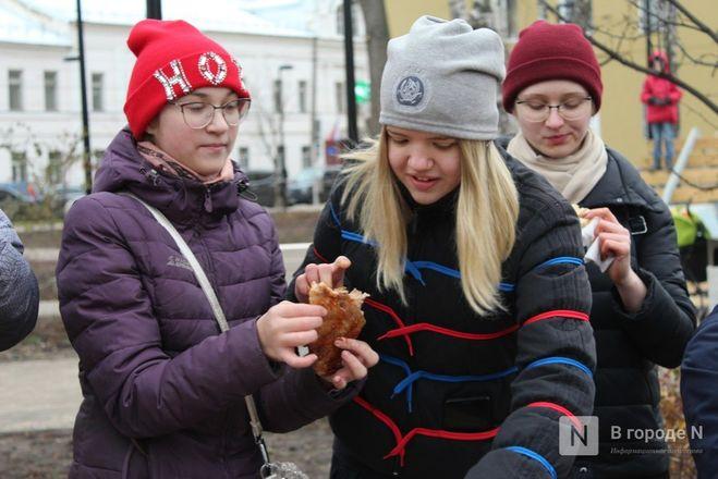 Чемпионы по поеданию ребрышек съели порцию за три минуты в Чернопрудском сквере - фото 21