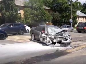 Две легковушки и автобус столкнулись на улице Бекетова в Нижнем Новгороде