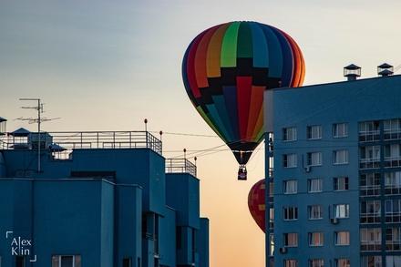 Вереница воздушных шаров проплыла в считанных метрах от окон жителей Канавинского района