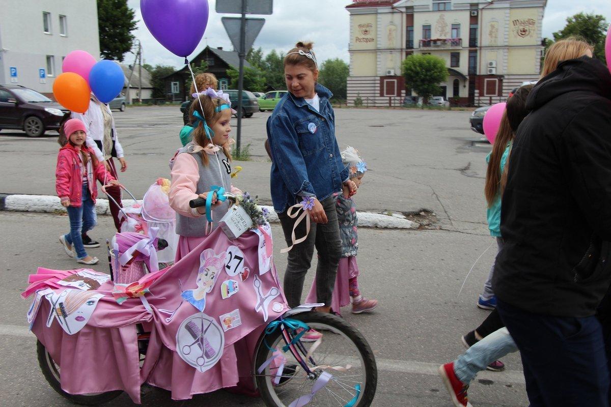 Бэтмены и принцессы стали участниками парада колясок на Бору - фото 1
