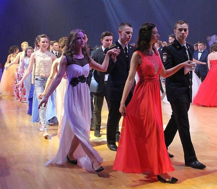 Между нижегородскими выпускницами развернулась конкуренция за платья размера L - фото 1