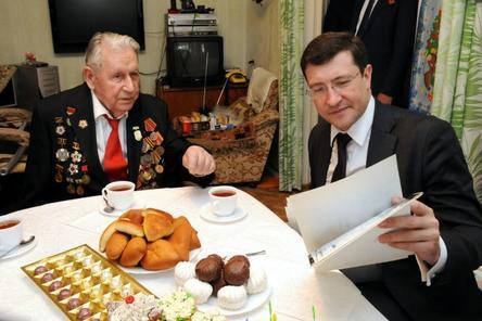 Глеб Никитин  пришел в гости к ветерану ВОВ