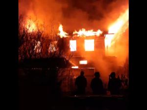 Частный дом и автомобиль сгорели при пожаре в Заволжье