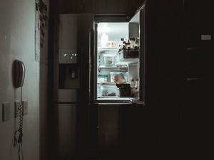 Коронавирусы живут в холодильнике годами. Как и чем его продезинфицировать