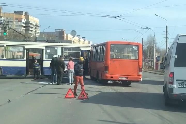 Автобус и троллейбус столкнулись в Приокском районе - фото 1
