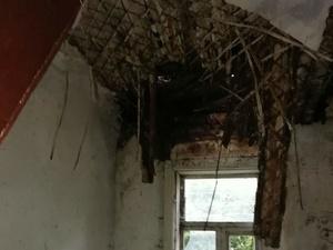 Потолок деревянного дома обрушился в Ленинском районе