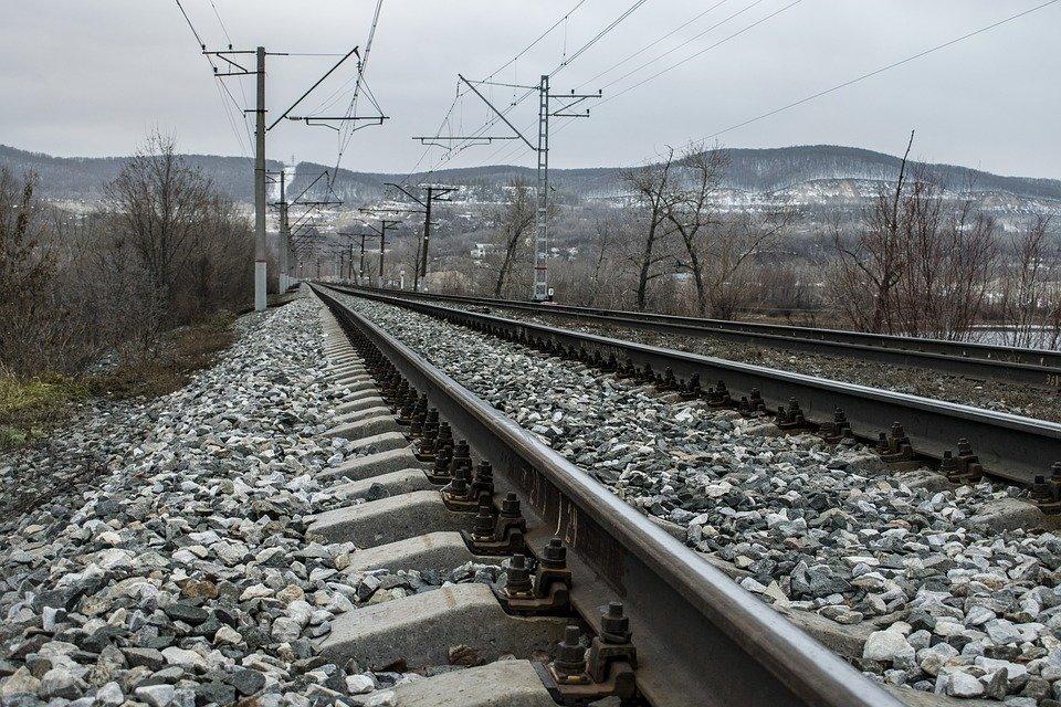 Зачем вдоль железнодорожных путей выкладывают щебень? - фото 2