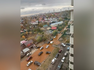Улицу в Канавинском районе затопило из-за прорыва водопровода